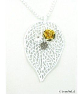Witte metalen halsketting met bladvormige hanger