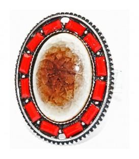 Rode ring met grote steen en kleine steentjes rondom