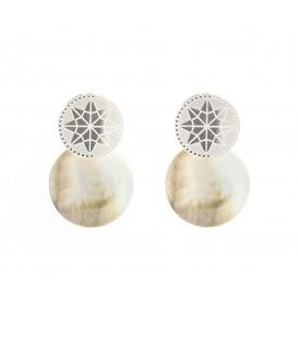 Zilverkleurige oorbellen met de afbeelding van een ster met een parelmoer hanger