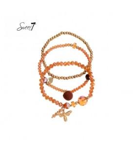 set van drie armbanden met oranje kralen en bedeltjes