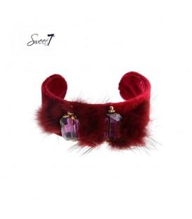 rode spang armband met zacht vachtje en twee stenen