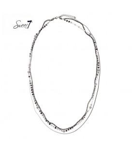 lange zilverkleurige ketting met drie lagen van verschillende kralen