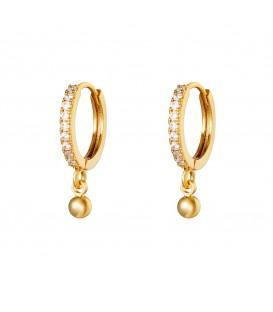 goudkleurige oorringen met strass steentjes en een klein bolletje als hanger