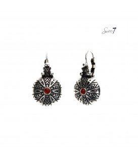 oorbellen in zilverkleur met klein rood strass steentje.