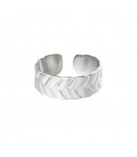 zilverkleurige ring met ingekerfd patroon