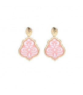 roze oorhangers met een open hanger en een goudkleurige oorstukje