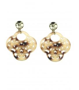 bruin gekleurde oorbellen met een mooie hanger en een goudkleurig oorstukje