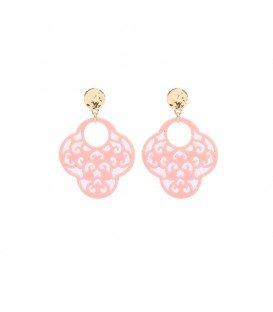 roze oorbellen met een mooie hanger en een goudkleurig oorstukje